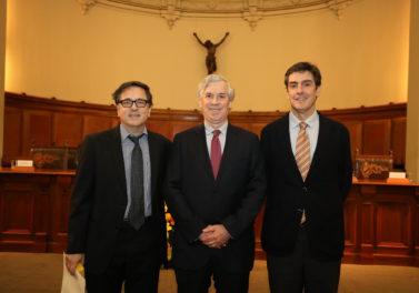 Profesores Tarziján y Portales son reconocidos por sus 25 años en la UC